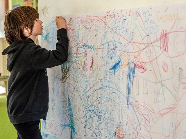 figli genitori collaborano opere arte